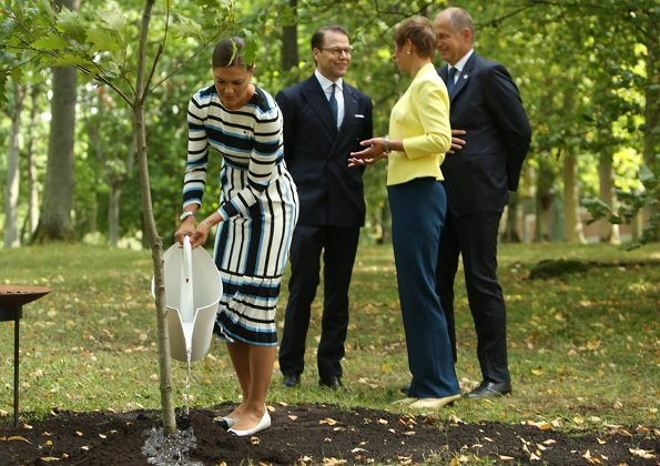 Princess Victoria changed to flats when they went to plant the tree and she wore the flats also at the ship to Naissaar.