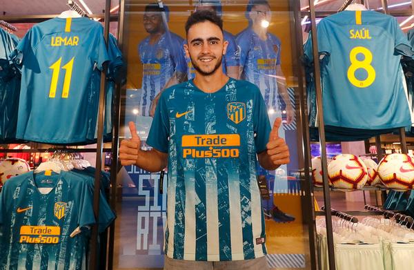 2cff0ffefdc28 La tercera camiseta del Atlético de Madrid 2018-19 está formada por rayas  de color azul claro y un tono azul oscuro. Las rayas tienen un mapa de  Madrid que ...