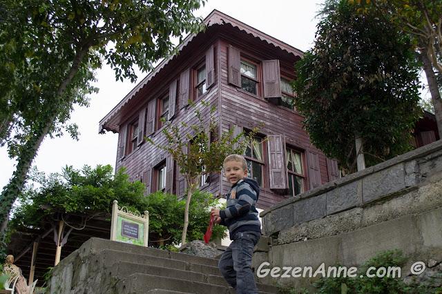 belediye sosyal tesislerinin bulunduğu köşklere doğru dik merdivenleri çıkarken, Fethi Paşa korusu Üsküdar İstanbul