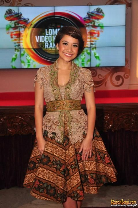 FASHION: 30 Model Kebaya Modern Artis Untuk Pesta & WEDDING