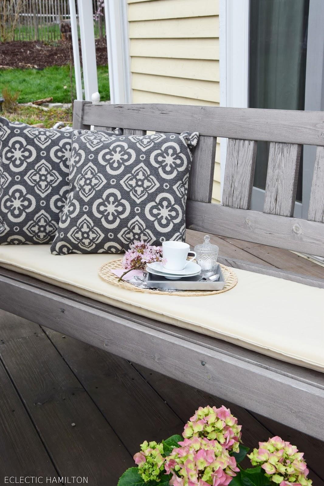 Tipps zu passenden Sitzbankauflagen und Dekoideen für eure Terrasse und den Tisch