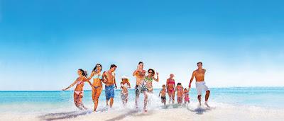 Groupe de jeunes amis à la plage