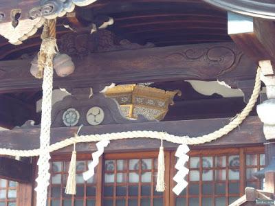 東成区中道の八阪神社拝殿の神紋と飾り燈籠