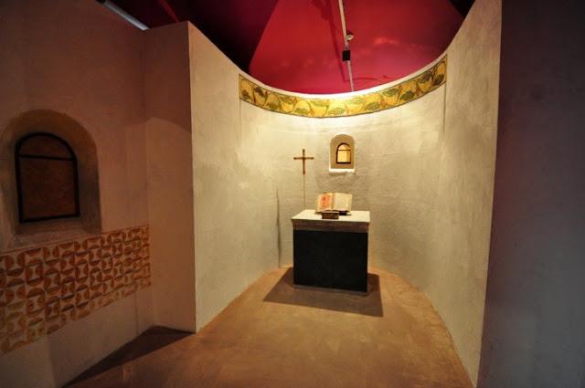 """pełnowymiarowa """"rekonstrukcja' kaplicy przypalatialnej na poznańskim Ostrowie Tumskim"""