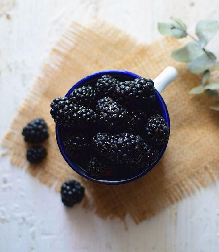 Moras frescas en un envase, listas para degustar