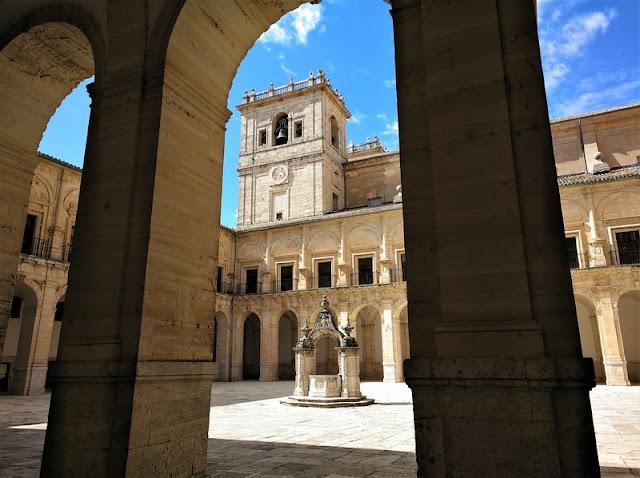 Monasterio de Uclés, claustro y pozo