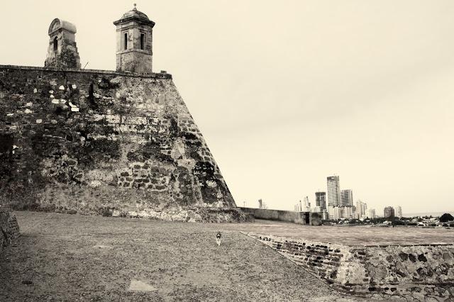 P´redio modernos ao fundo do castelo, em Cartagena das Índias