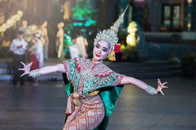 Mặt khác, sự yêu màu sắc cũng như yêu cái đẹp của người dân xứ sở Chùa Vàng được thể hiện nhiều trong phương diện ẩm thực. Nếu như Việt Nam ta có các món ăn được nhuộm màu vàng (nghệ), màu xanh lá (lá dứa) hay màu đỏ (quả gấc)... cho đẹp thì cái việc nhuộm màu thức ăn trong ẩm thực Thái lại càng đặc biệt hơn nữa. Người Thái không chỉ dùng một màu nhất định cho một món ăn duy nhất, mà thường dùng nhiều màu khác nhau trong cùng một món ăn, nhất là các món bánh ngọt.