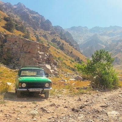 Le Chameau Bleu - Lada verte à Boysun Sud Ouzbek Ouzbékistan