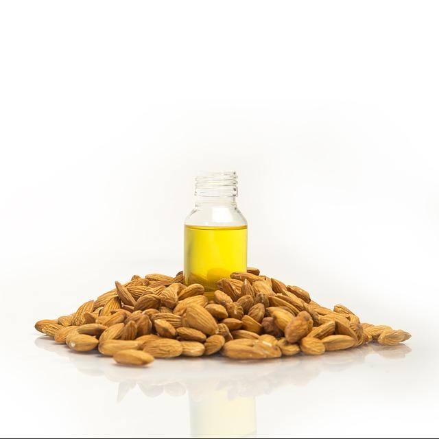 Cara Memerahkan bibir Secara Alami dengan minyak almond