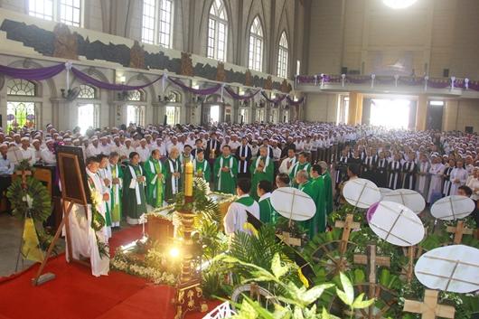 Ngày thứ Ba: Kính viếng và cầu nguyện cho Đức cha Phanxicô Xaviê Nguyễn Văn Sang - Ảnh minh hoạ 5