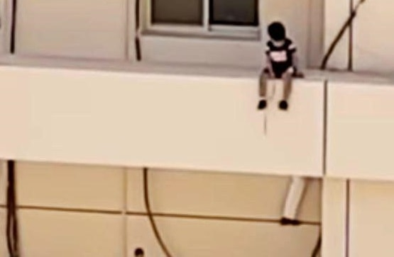 MAN SAVED THE LIFE OF A GIRL IN THIRD FLOOR IN AL KHOBAR