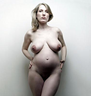 круглый живот и большие титьки беременной бабёнки