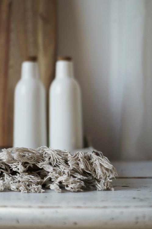 Teppichfransen und zwei weiße Keramikflaschen { by it's me! }
