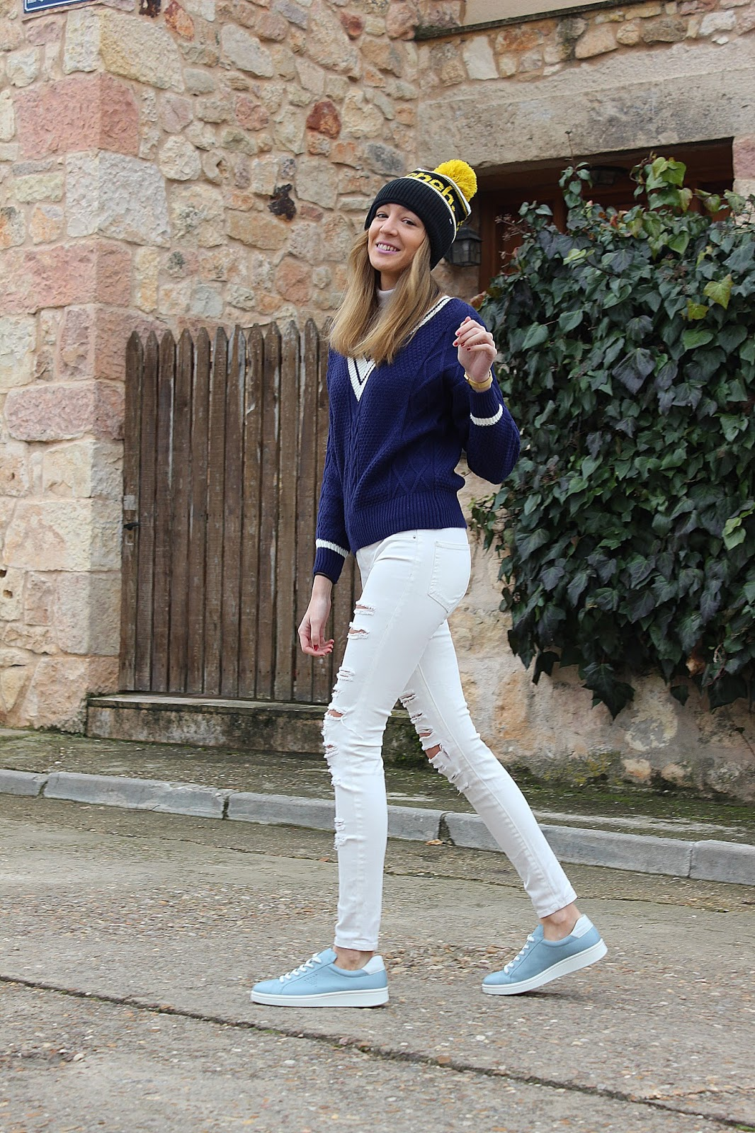 v-neck-swater-knit-street-style-ecco-shoes-sneakers-ripped-jeans