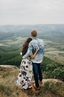couple en babymoon devant un joli paysage