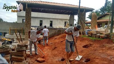 Bizzarri fazendo o acerto de terra para fazer a concretagem para a execução da escada de pedra folheta em sítio em Itatiba-SP. 19 de dezembro de 2016.