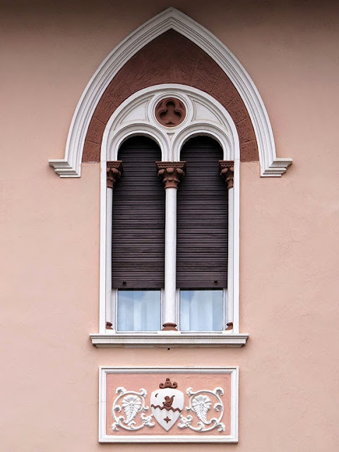 Neo-Gothic window, via Coccoluto Ferrigni, Livorno