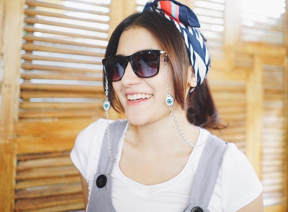Silvia Anggraini Pakai Kacamata