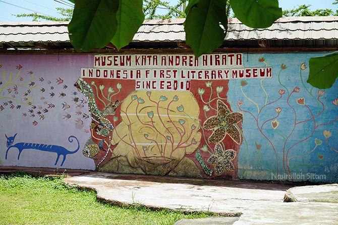 Mural bertuliskan kutipan di Museum Kata Belitung