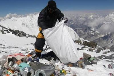 Setiap tahun banyak aktivis yg melakukan agenda pemungutan sampah di everest