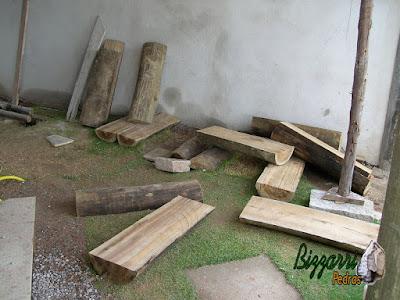 Preparando para a execução da escada de madeira com as toras de eucalipto tratado para fazer os degraus da escada de madeira com o corrimão de madeira.