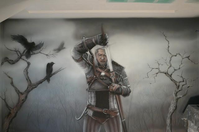 Mroczny motyw w pokoju młodzieżowym, malowanie wiedźmina na ścianie  w pokoju nastolatka