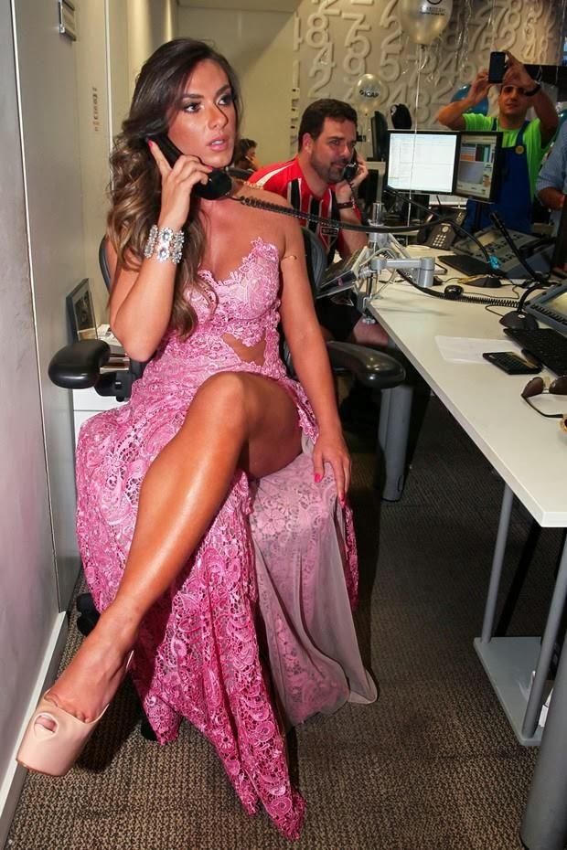 EGO - Nicole Bahls usa lingerie nude para não mostrar