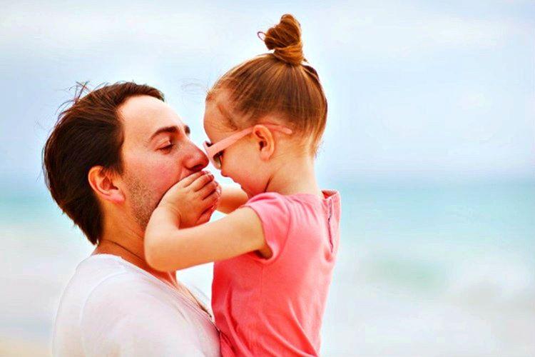 Baba ve kız beraber vakit geçirdiklerinde çok eğlenirler, zira babalar genellikle eğlenceli olur.