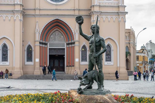 Estátua do cacique Tindiquera na Praça Tiradentes, em frente a Catedral