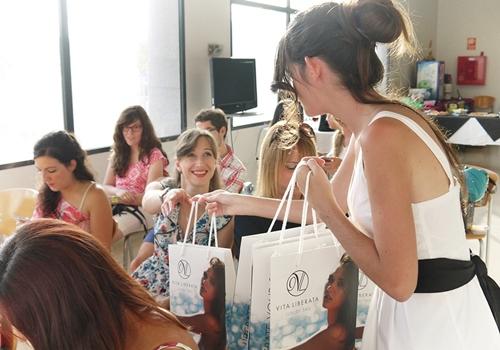 monika sanchez repartiendo vitaliberata evento blogger alicante guapa al instante