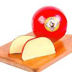 Queso holandés Bola-Edam sobre una tabla. Un queso entero y dos rebanadas.