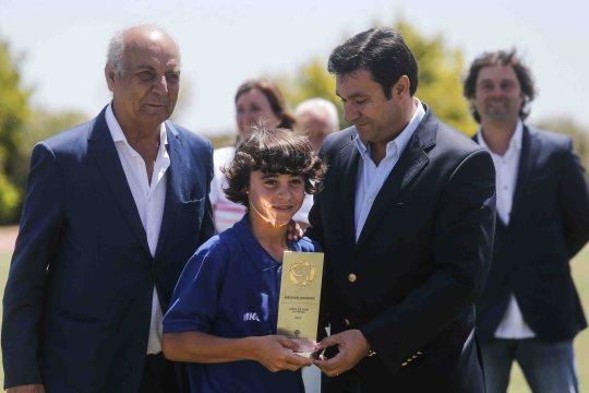 O jovem Vasco Sousa como respetivo troféu de melhor jogador do Torneio  Lopes da Silva a3e034fa4b6d4