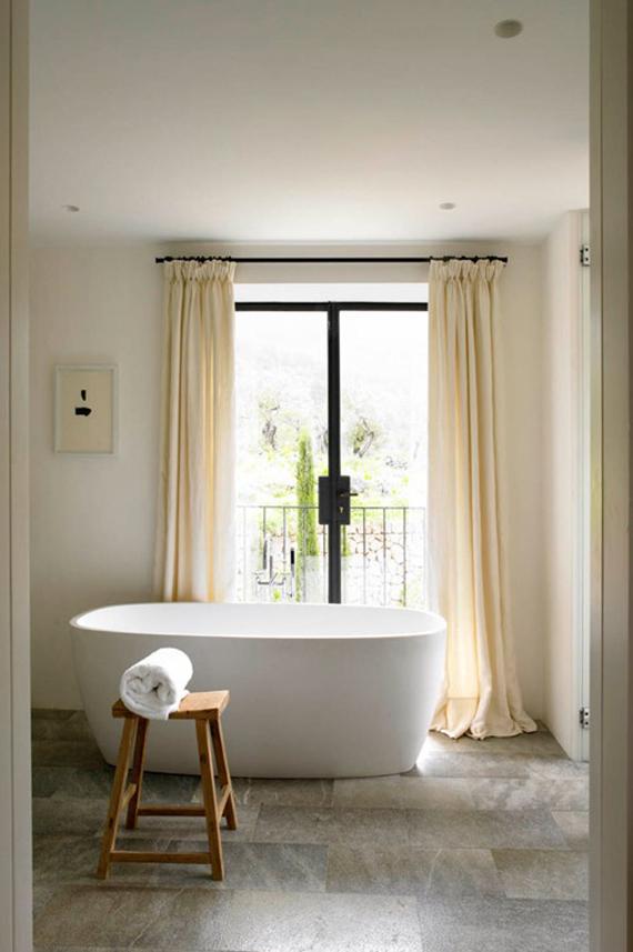Wooden bathroom stool | Image via Laplace