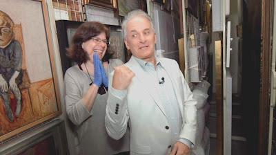 Otávio na reserva técnica da Pinacoteca (Divulgação/SBT)