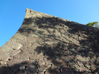 反り返った熊本城の石垣
