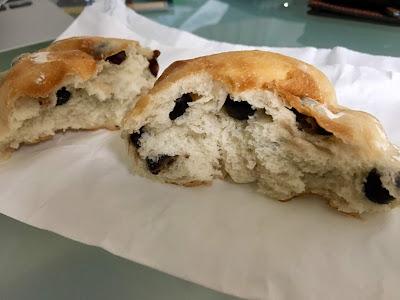 三軒茶屋に三軒茶屋にあるRichu 濱田家の豆乳豆パンの断面