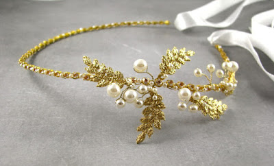 Złota, ślubna opaska z perłami.