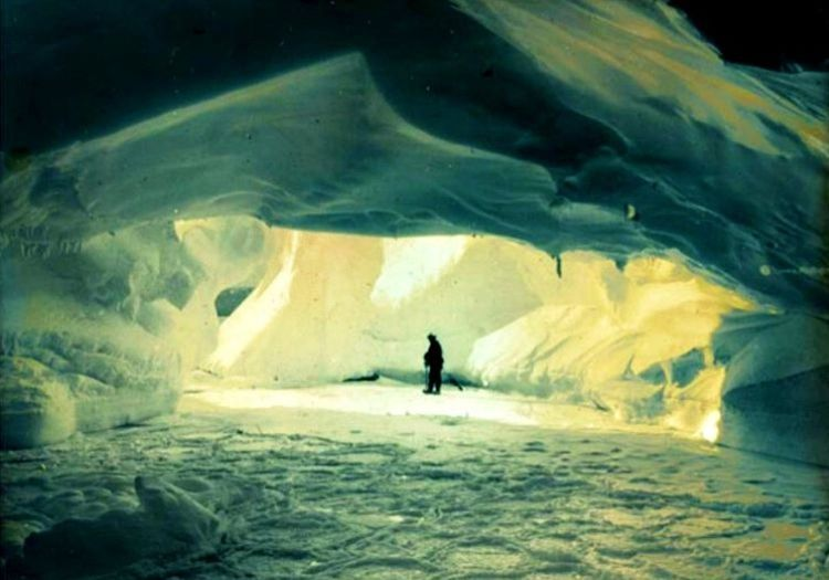 Buz mağarası dinlenmek için iyi bir yerdi, dışarıdaki fırtına geçene kadar burada dinlenecekti.