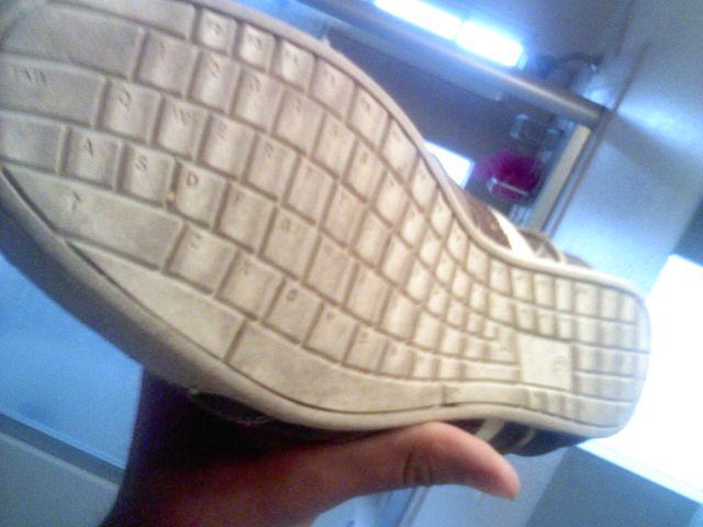 Zapatos con suela qwerty