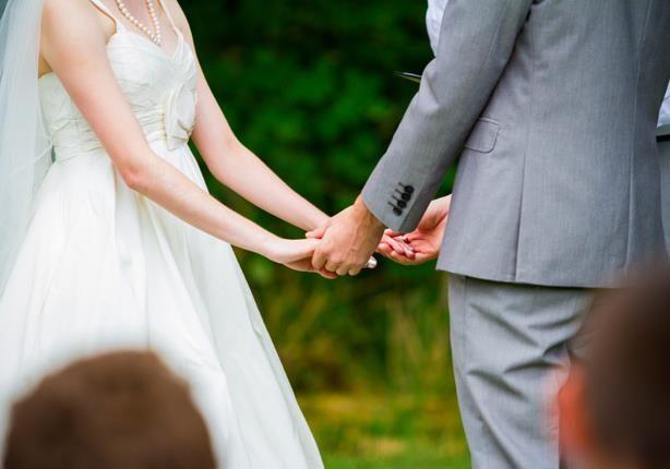 فتاة تخطف العروس من يد العريس وتحملها.. فيديو