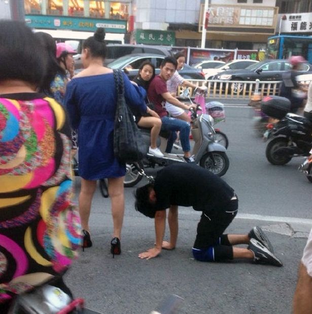 Sungguh Memalukan, Wanita Cina Ini Perlakukan Pasangannya Seperti Anjing!