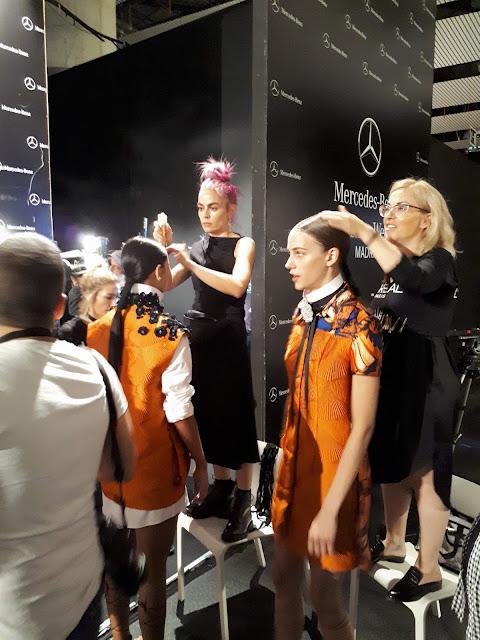 Las maquilladoras retocan a las modelos antes de empezar el desfile de Alvarno