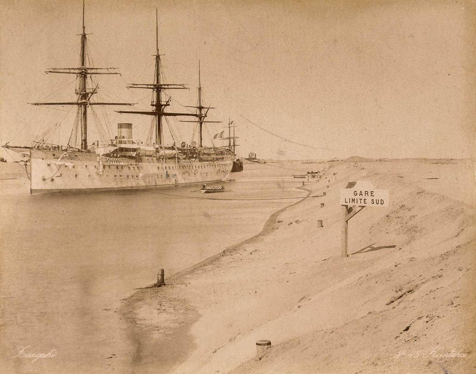 Un barco en el canal de Suez.