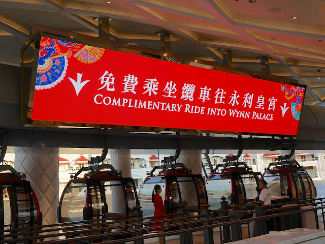 """Complimentary Ride Into Wynn Palace"" on a digital sign"