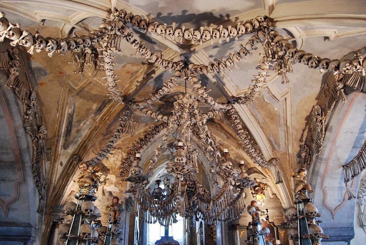 le plafond de l'ossuaire de Sedlec… une bien morbide « décoration »
