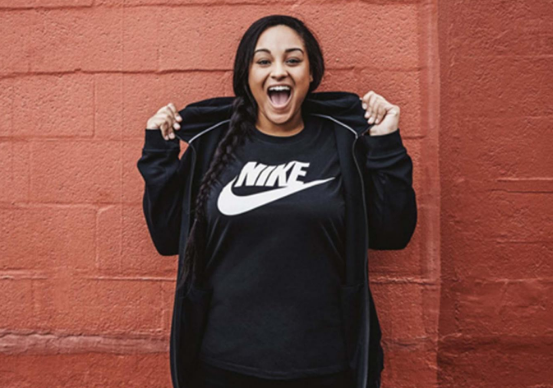 Faz pouco tempo a Nike lançou sua primeira coleção plus size. Fez o óbvio   lembrou que pessoas gordas também fazem exercícios físicos (nem todas 928932f1968c9