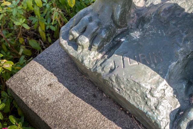 """""""Luar do Sertão"""", escultura em bronze de João Turin - detalhe da cabeça da assinatura do autor"""