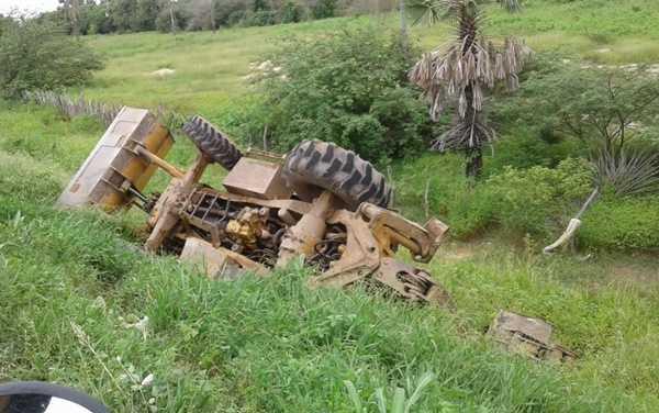 Motorista de retroescavadeira sai ileso apos maquina capotar em Limoeiro do Norte