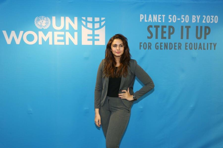 Huma Qureshi Without Makeup Face Long Hair In Black Shirt Pant